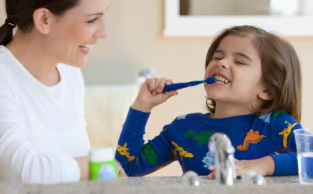 في أي سن يجب البدء بتنظيف أسنان الاطفال