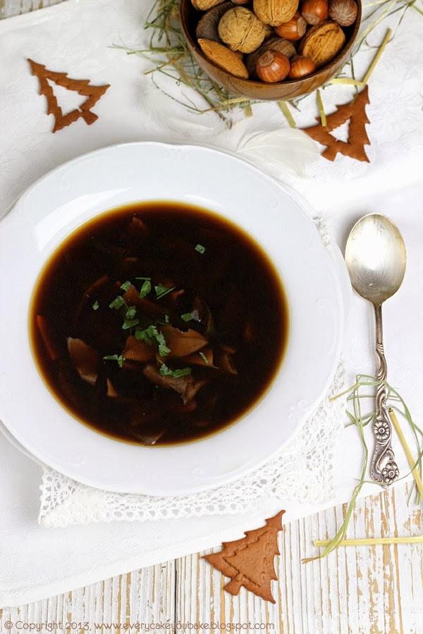 czysta wigilijna zupa grzybowa