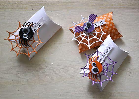 Simpáticas telarañas adornan estos dulceros