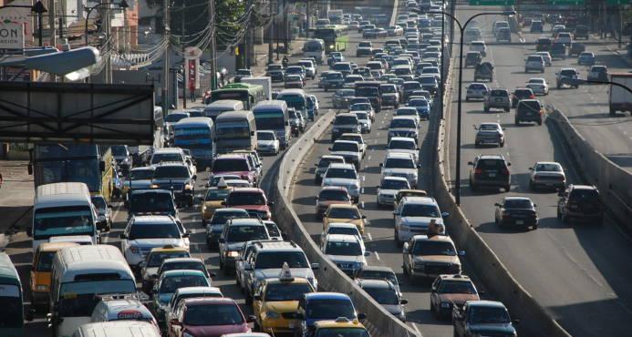 El presidente anuncia parqueos y terminales para solucionar caos del transporte