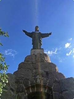 Die Jesus Statue schaut vom Gipfel eines Berges auf Pizarra hinab.
