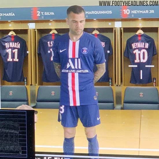 8d7f634e0f4 The shorts and socks of the PSG 19-20 home kit are midnight navy as well.