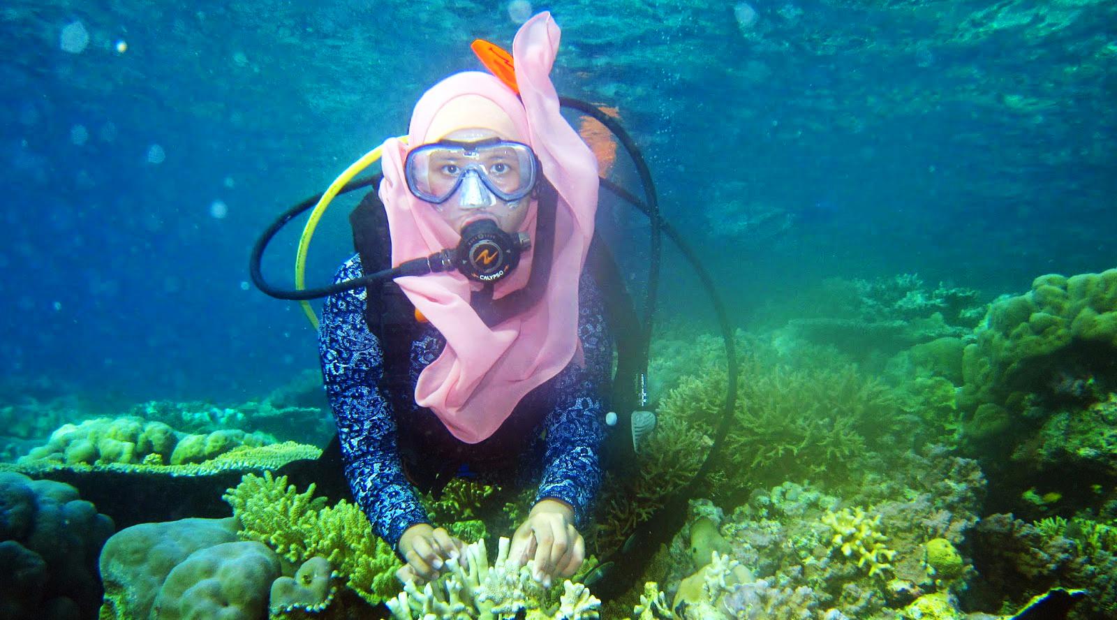 wisata indonesia yang murah cewek hijab berenang menyelam