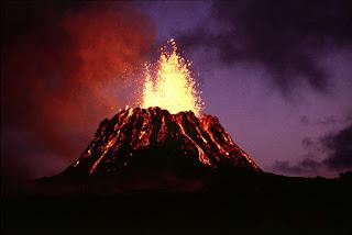 Gunung meletus mengeluarkan magma
