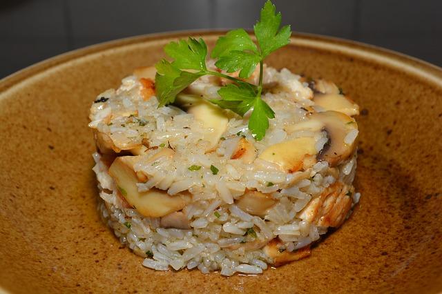 Torre de arroz con verduras y gambas