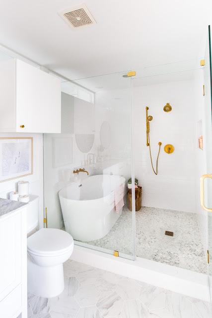 reforma integral baño blanco y dorado
