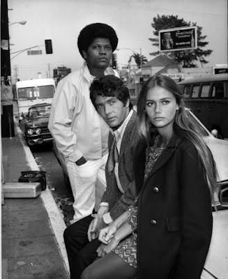 Imagem antiga de Peggy Lipton com co estrelas do programa de TV The Mod Squad