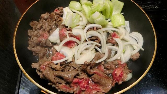 チンゲンサイの茎、玉ねぎを加えて炒め合わせる