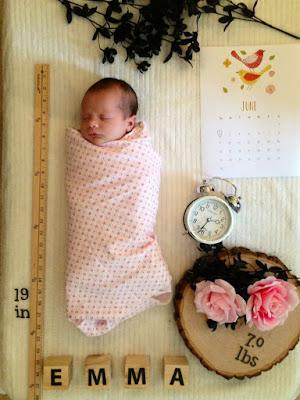 Beberapa aksesoris bisa ditambahkan untuk mempercantik hasil foto (newborn photography)
