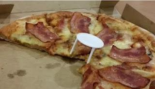 """Ξέρατε σε τι χρησιμεύουν τα λευκά πλαστικά """"τραπεζάκια"""" στο κέντρο της πίτσας;"""