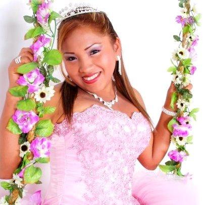 Foto de Rosita de Espinar en columpio como quinceañera