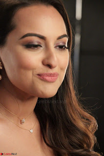 Sonakshi Sinha stunning Red Gown at Nach Baliye Season 8 interview 008.JPG