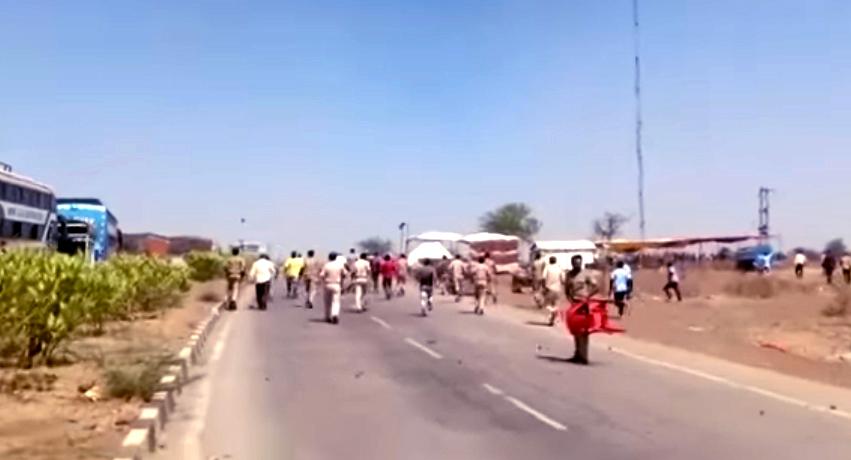 Jhabua Live News- एमपी-गुजरात बार्डर पर युपी के मजदूरों का हंगामा,पुलिस की गाडियों सहित बसों के कांच फोडे