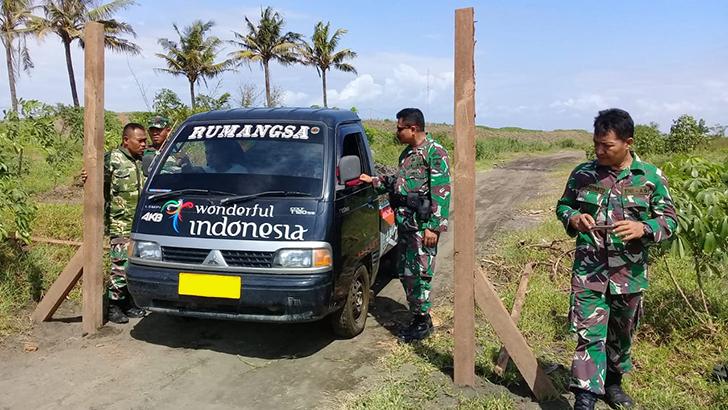 Amankan Aset TNI, Danramil 08 Adipala Bersama Subdenzibang Pasang Portal di Desa Bunton