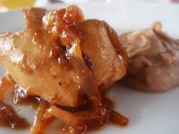 pechuga de pollo con cebolla confitada