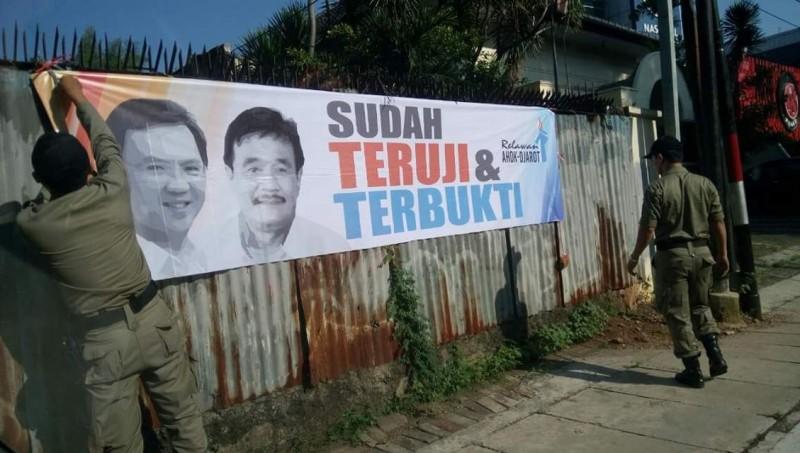 Foto asli Satpol PP menurunkan spanduk Ahok-Djarot
