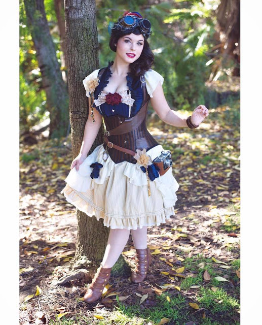 Female cosplayer dressed as steampunk snow white, the steampunk disney princess. Steampunk costumes for women.