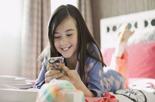 خطير جدا إفراط الأطفال في استعمال الهاتف قد يصيبهم بالحَوَل!! اكتشف التفاصيل