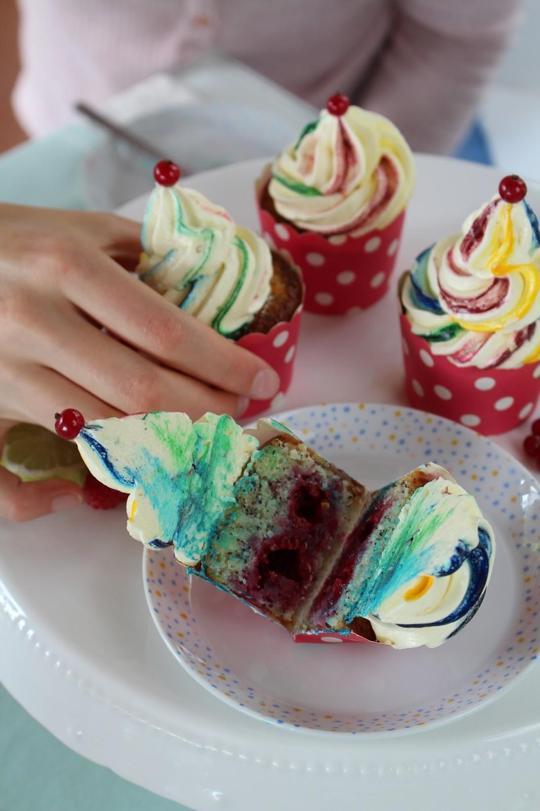 Zitrone-Mohn-Himbeeren-Cupcakes mit Regenbogen-Frosting