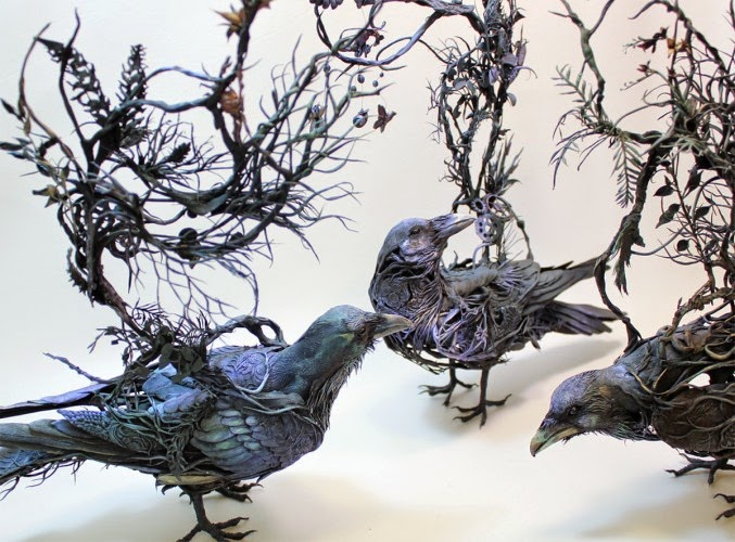 Fantástica escultura surrealista de pájaros y plántas