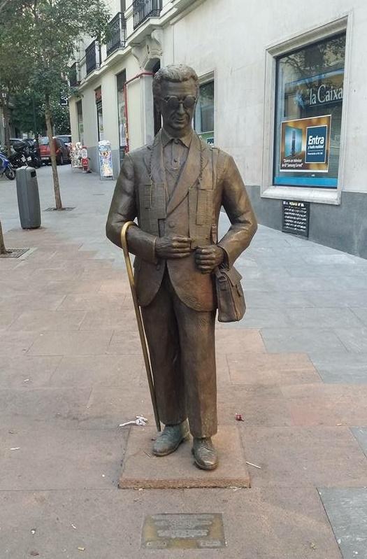 ¿Cuánto mide la estatua del vendedor de cupón la ONCE? IMG_3233