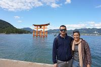 Pili y Carlos con el torii flotante en el mar detrás