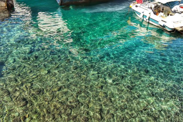 A transparência do mar de Hydra, Grécia