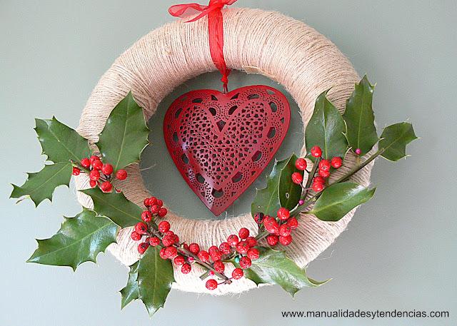 Cómo hacer bonita corona de acebo para Navidad