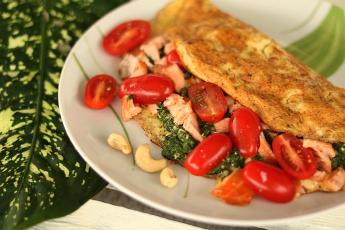 Omlet ze szpinakiem, łososiem i pomidorkami