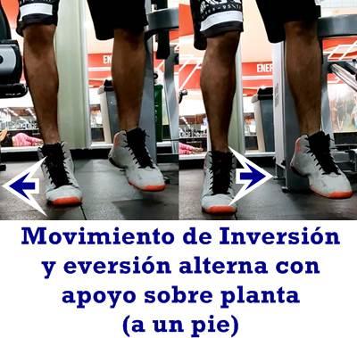 Movimiento de inversión y eversión de pie con apoyo sobre planta de pies