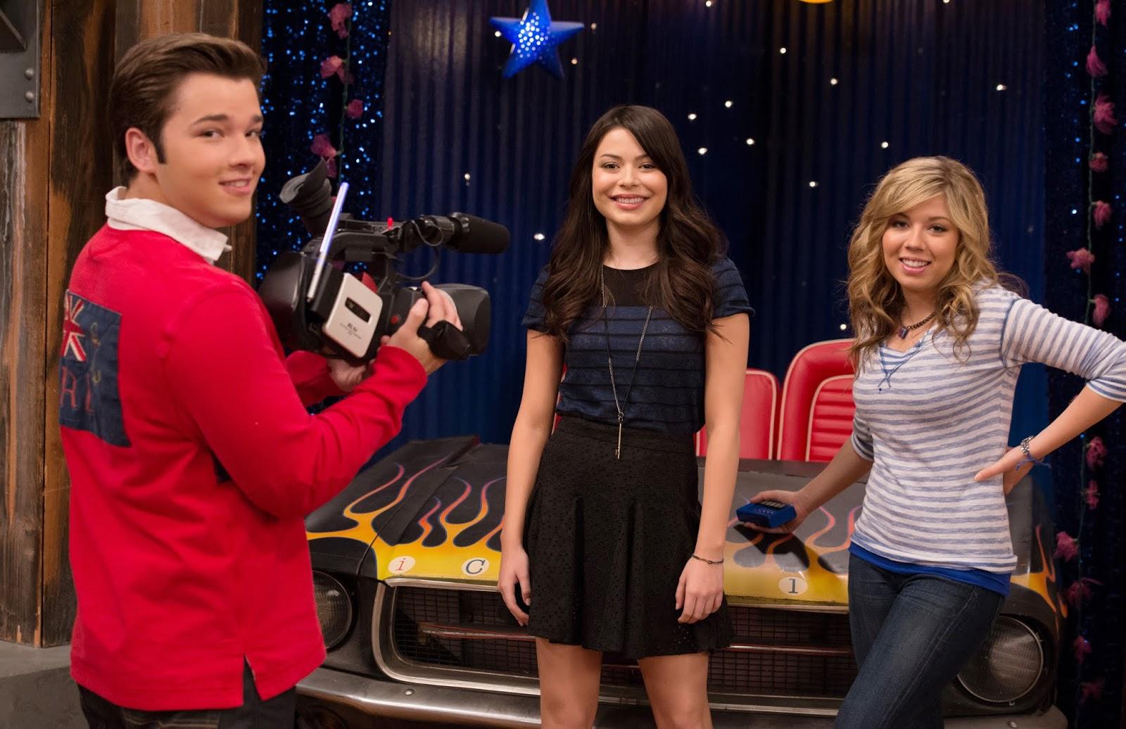 NickALive!: iCarly and the Mistletoe | iCarly | Nickelodeon