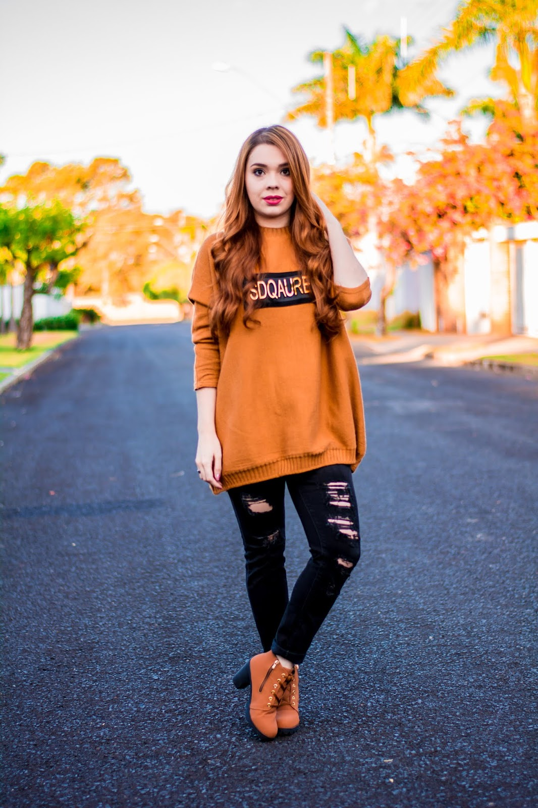 Look do Dia: Sweater caramelo over size + Calça jeans destroyed + Bota de cano curto