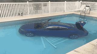 Motorista esquece de puxar freio de mão, e carro cai em piscina nos EUA