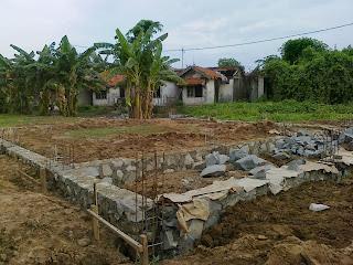Pondasi ialah salah satu komponen penting dalam bangunan yang merupakan struktur penting  Tahap Pelaksanaan Pondasi Batu Kali