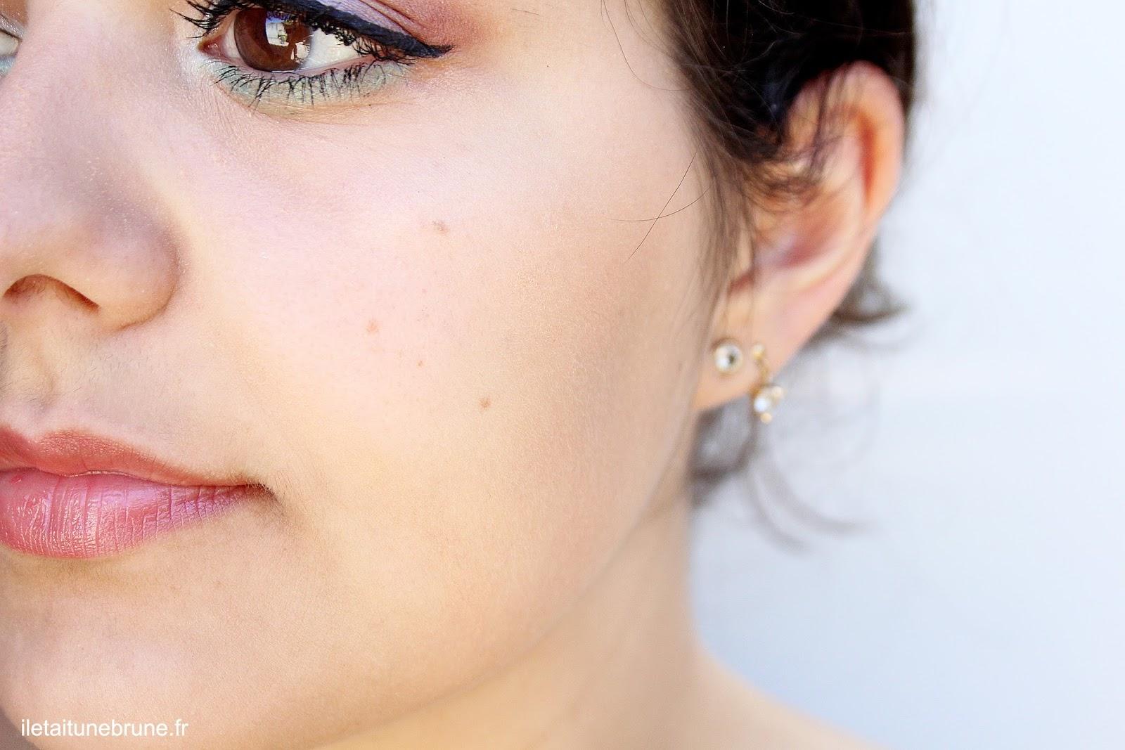 maquillage estival léger bleu ciel vert d'eau et rouge à lèvres nude