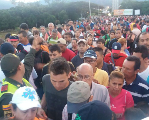 Miles de venezolanos pasaron a Cúcuta para comprar comida y medicinas