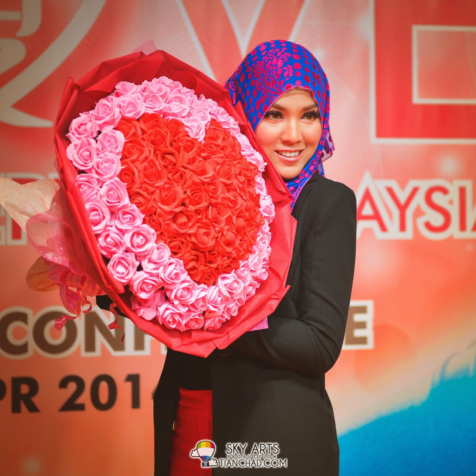 Shila Amzah received a huge bouquet of heart shape flowers