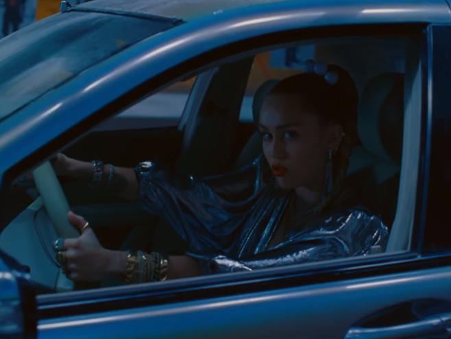 Mark Ronson e Miley Cyrus vivem uma fuga enérgica no videoclipe de 'Nothing Breaks Like a Heart'