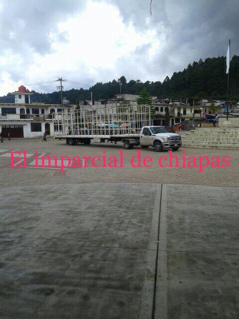 Encapuchados al mando de Oscar Gómez y Juan Encinos emboscan y retienen camión con tinacos.