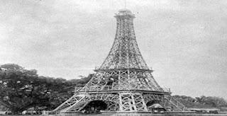 "Sejarah Menara Eiffel   Biodata dari Arsitek Gustave Eiffel   Nama : Alexandre Gustavo Eiffel  Warga negara : Perancis  Tangal lahir : 13 Desember 1832 - 27 Desember 1923  Tempat lahir : Dijon, Côte-d'Or, France  Tempat kematian : Rue Rabelais di Paris  Sejarah     Bienvenido a París Siapa yang tidak tahu menara Eiffel yang merupakan salah satu dari 7 keajaiban dunia dan merupakan icon dari kota Paris ini adalah suatu destinasi yang wajib anda para traverler kunjungi.  Siapa yang tidak terlena dengan keindahan kota nya yang indah, kebanyakan Orang-orang atau Para pasangan kekasih mengunjungi paris untuk menghabiskan waktu tempat romantis ini. Nah disini saya akan memberitahukan tentang "" Sejarah Menara Eiffel "" rasanya tidak komplit bila berkunjuk Paris tanpa mengetauhi Sejarah Menara Eiffel.  Paris Francis adalah Kota Romantis yang sangat indah sekali rasanya kurang pas bila ke Paris tanpa mengunjungi icon kota nya paris yaitu Menara Eiffel rasanya belum ke Paris kalau belum ke Menara Eiffel, menara Eiffel atau Orang Francis bilang nya La Tour Efiiel menara tertinggi di paris itu merupakan Landmark paling terkenal di dunia terutama buat para wisatawan lokal dan wisatawan luar. Jika naik ke menara Eiffel kita pasti kita"