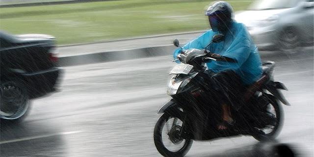 Inilah Tips Mengedarai Motor yang Benar Saat Angin Kencang