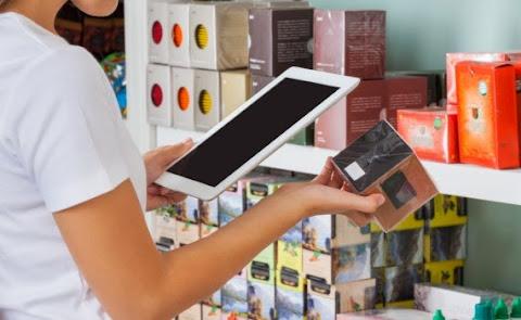 圖說: 消費者使用行動裝置在實體通路掃描產品條碼查詢市場價格,圖片來源: Emerce
