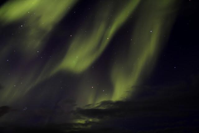 La aurora boreal cubriendo el cielo