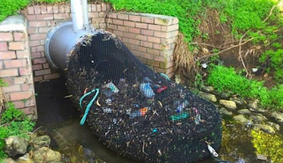 Έτσι κρατούν καθαρές τις θάλασσσες στην Αυστραλία. Το απλό και φθηνό κόλπο που σταματάει τα σκουπίδια πριν πέσουν στο νερό