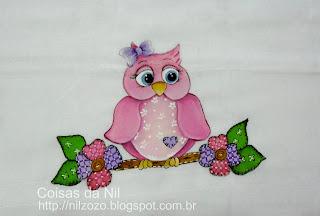 pintura coruja rosa num galho com flores