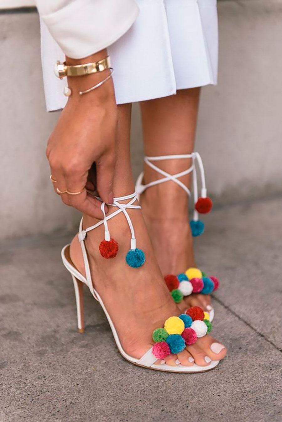 Voce pode tê-los de duas maneiras, os maiores e de pelo vem enfeitando  sapatos, bolsas, chaveiros, bonés e os coloridos e de tamanhos diversos vem  em ... 348c3b9efa