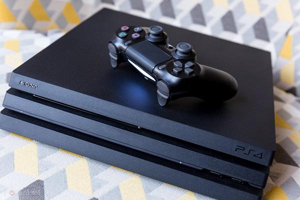 شاهد كيف تسببت حادث عن طريق كرة الجولف بالحصول على حزمة ضخمة لجهاز PS4 Pro مع الألعاب