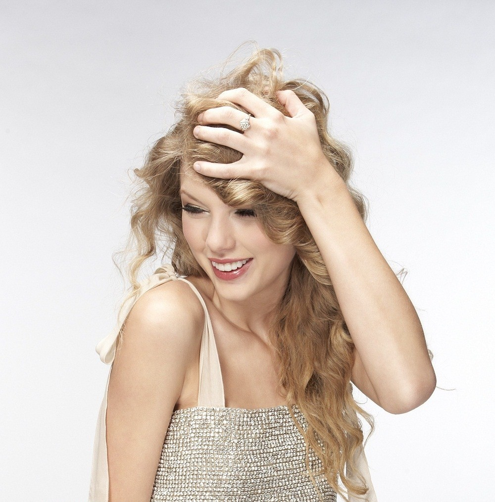 A New Life Hartz Curly Wedding Hairstyle: A New Life Hartz: Taylor Swift Hairstyle