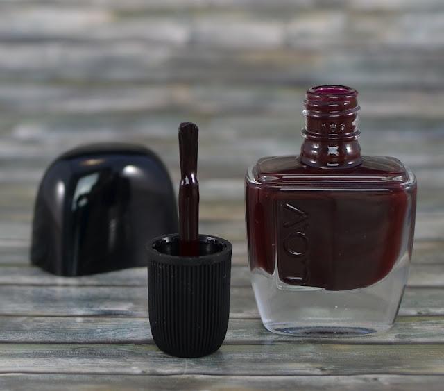 L.O.V LOVinity long lasting nail lacquer 250 deep red drama Pinsel