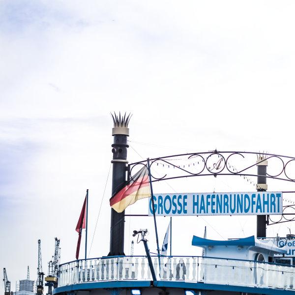 Grosse Hafenrundfahrt an den Landungsbrücken in Hamburg